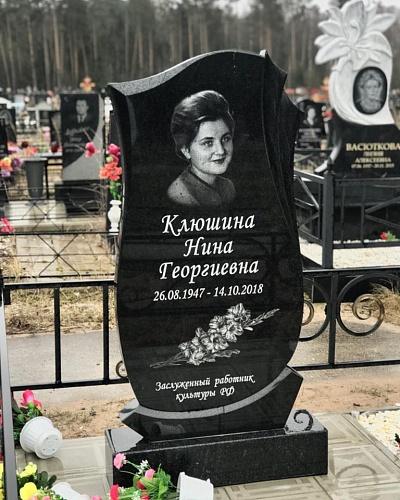 памятник на могилу с цветами
