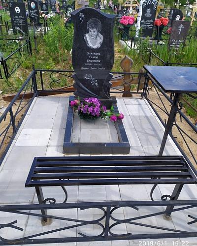 памятник на могилу с розами